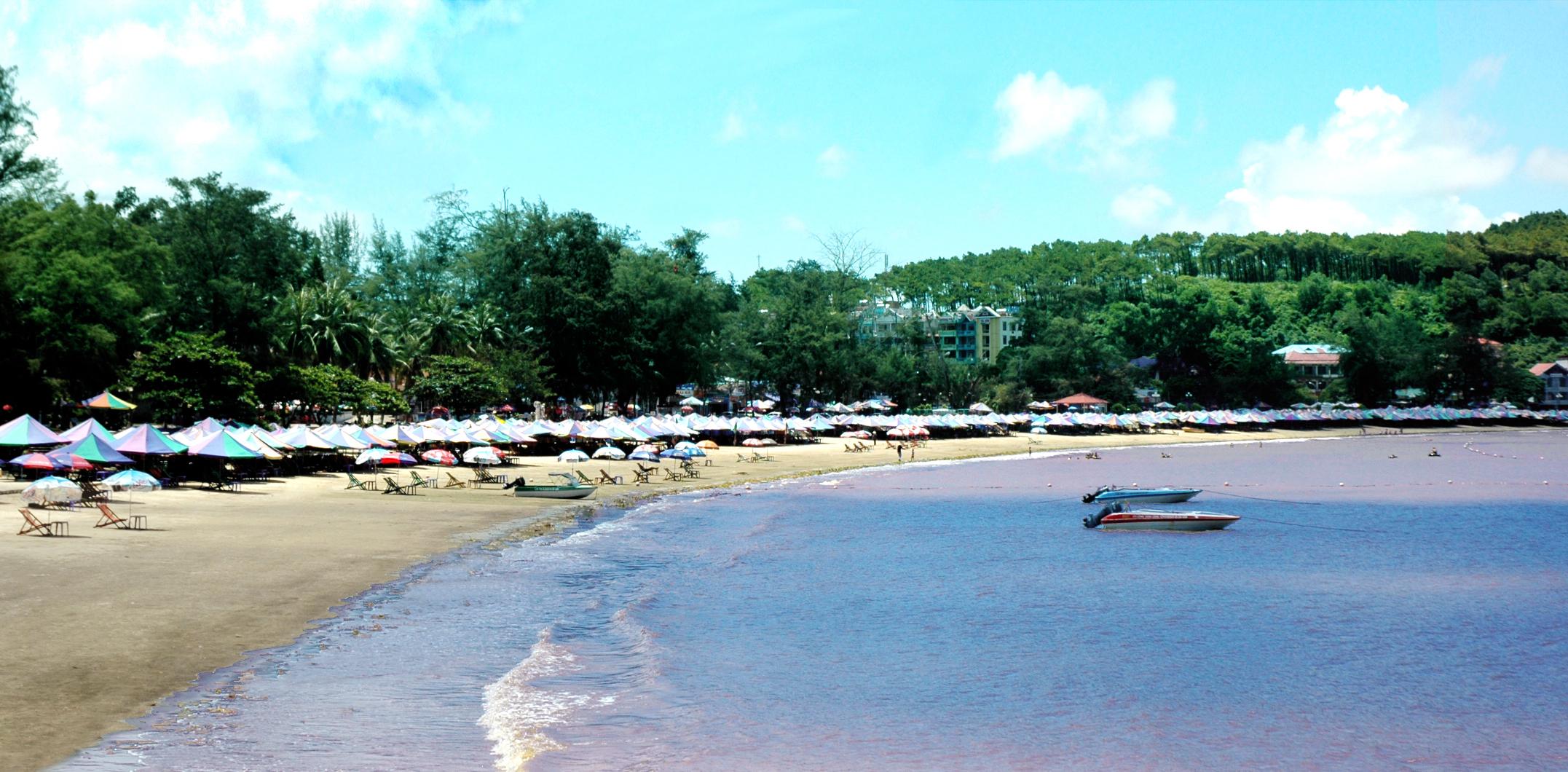 Bãi tắm Đồ Sơn hút khách mỗi khi hè về